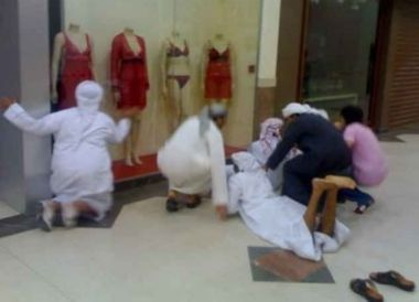 saudi-muslim-men-molest-mannequins